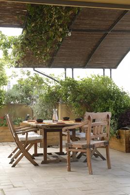 מרפסת גן מרוצפת אבן,פרגולה קשתית מאלומיניום עם כיסויים עמידים בשילוב צמחיה