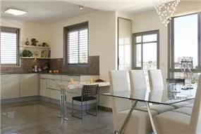 מבט מהסלון לפינת האוכל והמטבח בפנטהאוז ברמת גן