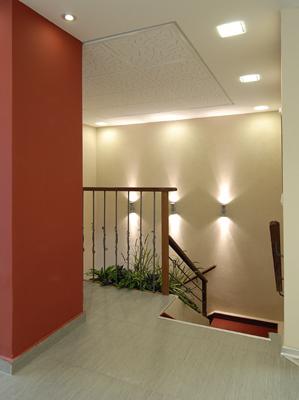 מבואה לקומת המשרדים -דוגמת התקרה האקוסטית הועתקה לקירות הזכוכית