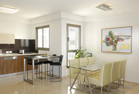 מבט לפינת האוכל והמטבח בדירה בגבעתיים