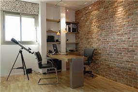 חדר עבודה עם קיר אבן, מודרני, מרווח, רצפת פרקט.