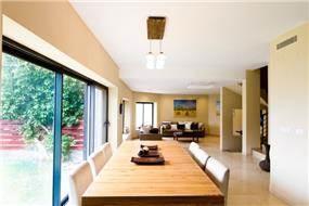 פינת אוכל מחברת בין הסלון למטבח עיצוב saab architects