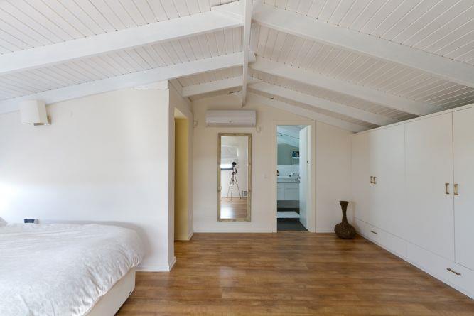 חדר שינה הורים בעליית הגג. התקרה נצבעה בלבן.  תכנון ועיצוב: saab architects