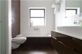 חדר רחצה נקי ומאופק, בעיצוב saab architects