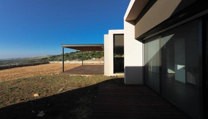מבט נוסף לעבר הכניסה לבית. עיצוב של saab architects