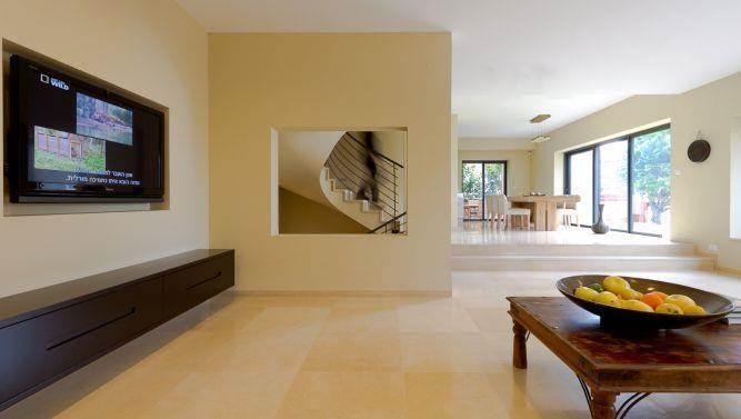 חדר מגורים אלגנטי, שטוף אור ומרווח. עיצוב של saab architects