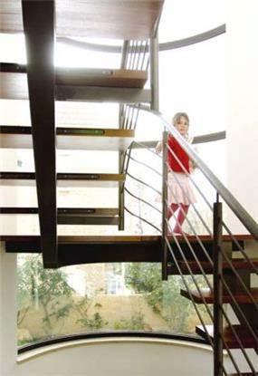 גרם מדרגות בשילוב עץ ןפלדה. עיצוב: saab-architects