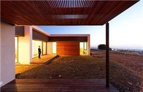 שימוש בחיפוי עץ, פרגולות ורפפות עץ בחזית הבית. עיצוב: saab-architects