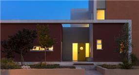 מבט אל הכניסה לבית, הכוללת שילוב של צורות גיאומטריות ותאורה. עיצוב של saab architects