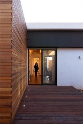 מבט נוסף לעבר היציאה מהבית לחצר. עיצוב של saab architects