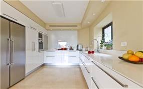 מטבח מודרני, לבן ופשוט בקו נקי. עיצוב: saab architects