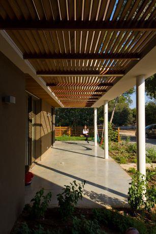 פרגולת עץ מסננת את קרני השמש בקיץ, ומכניסה אותן בחורף למטרת חימום פאסיבי. תכנון ועיצוב: saab architects