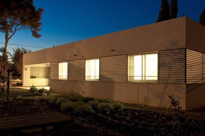 מבט נוסף לחזית הבית בשעת ערב. עיצוב של saab architects
