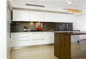 מבט נוסף על המטבח המעוצב בקווים מודרניים וחמים. עיצוב של saab architects
