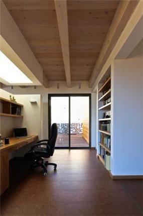 פינת עבודה עם סקיילייט עליון מלאה באור טבעי. עיצוב של saab architects