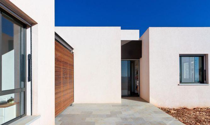 מבט לחצר ולכניסה האחורית לבית, בעיצוב של saab architects