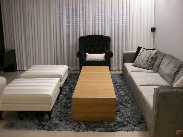 סלון קלאסי בגווני אפור, לבן ושחור עם שולחן עץ. עיצוב: חלי שפירא עיצוב פנים והום סטיילינג
