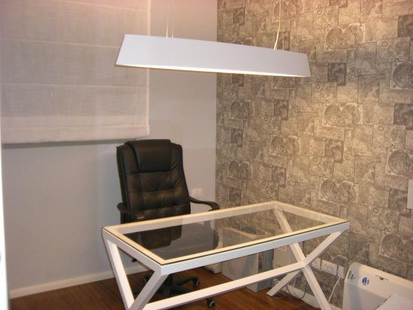 חדר עבודה מעוצב עם שולחן זכוכית  וטפט של מפות עתיקות. עיצוב של חלי שפירא עיצוב פנים והום סטיילינג
