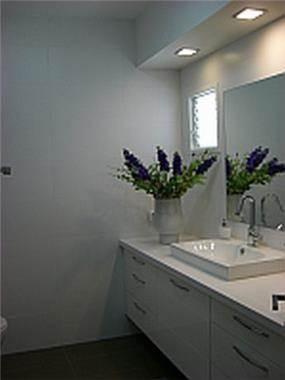 אמבטיה מודרנית, בהירה ומוארת. עיצוב: חלי שפירא
