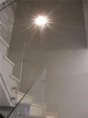 תאורה מיוחדת במדרגות