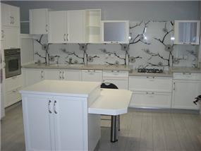 מטבח מודרני עם חיפוי זכוכית מודפס ומשחק א-סימטרי בארונות. עיצוב: חלי שפירא