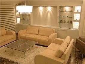 סלון בהיר המיוחד למשפחה גדולה,בשילוב נישת גבס ותאורה שקועה. עיצוב: חלי שפירא