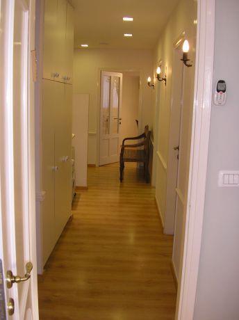 """מסדרון ארוך ומעברים לחדרים במשרד עו""""ד בת""""א"""