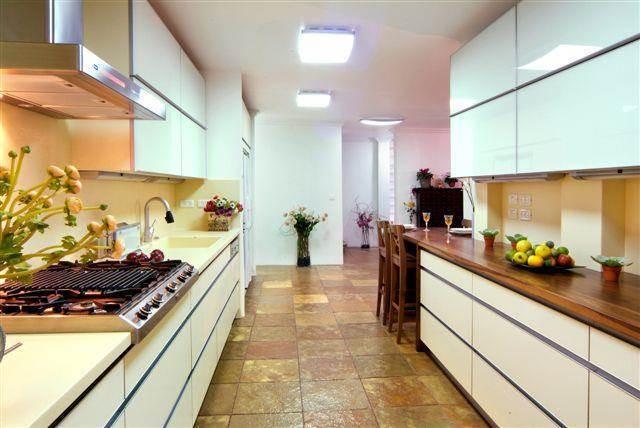 """מטבח מודרני עם משטחי קוריאן בוילה ברמה""""ש"""