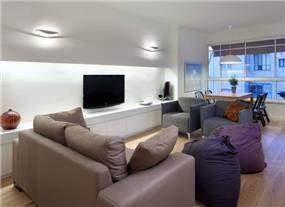 סלון בדירה קטנה בגבעתיים מעוצב בקו צעיר. עיצוב: ליאת דביר-רותם