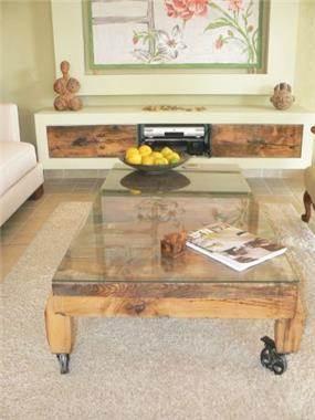 שולחן מעץ אלון גושני שמייצר מראה ביתי לסלון.רויטל רודצקי