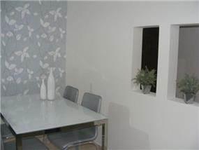 פינת אוכל בסגנון מודרני בשילוב טפט קיר של רויטל רודצקי