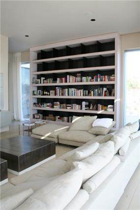 חלל מגורים בתכנון רמה דותן וערן בינדרמן, דו אדריכלים