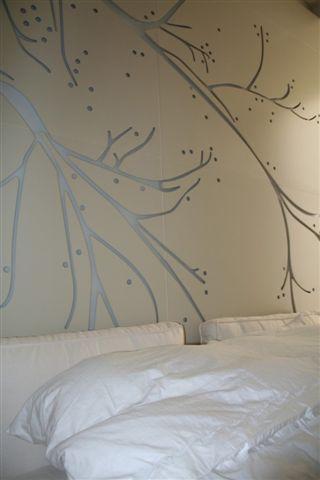 חדר שינה עם תאורה ייחודית בתכנון רמה דותן וערן בינדרמן, דו אדריכלים
