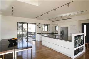 בית פרטי במושב בצרה, מבט לפינת המשפחה והמטבח, כיחידה הומוגנית