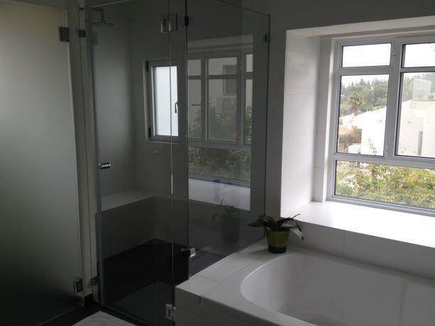 מקלחון זוגי עם ספסל בנוי בעיצוב מינימליסטי של רוית קשטן ארצי