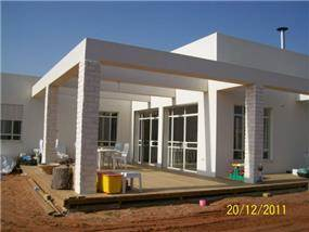 מבט אל חזית הבית המעוצבת בסגנון מודרני על ידי רוית קשטן-ארצי