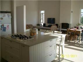 מבט מהמטבח אל הסלון ופינת האוכל. עיצוב של רוית קשטן ארצי