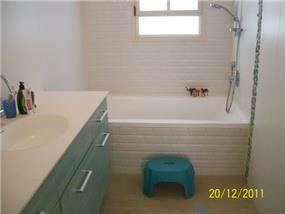 צבעוניות נעימה בפס דקורטיבי על האמבט והארון. עיצוב: רוית קשטן ארצי