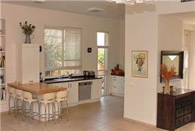 מבט למטבח ולמבואת הכניסה, עיצוב- רוית קשטן ארצי,