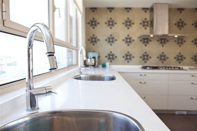 אריחים מצוירים במטבח בעיצוב שרון דוד