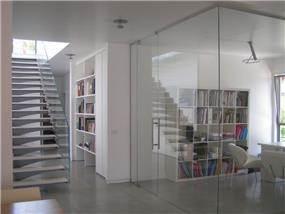 מבט למשרד וגרם מדרגות - פינדי עיצובים