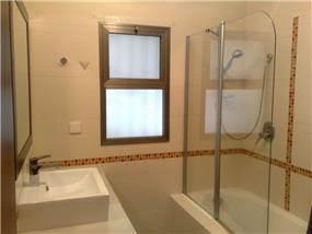 חדר אמבטיה עם פסיפס במשחקי פסים