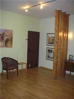 הפרדה באמצעות 3 עמודי עץ בין מבואת הכניסה לפינת העבודה