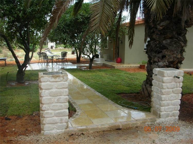 בית פרטי - שביל הגישה ופינה בחצר