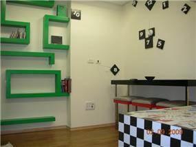משרד מנהל - ספריית מבוך, שולחן ישיבות נייד וכסאות תלויים מהקיר - חברת קריאייטיב