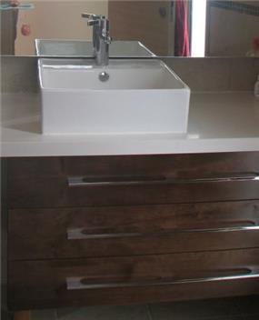 מקלחת הורים, ארון אמבטיה מעץ,כיור עליון מרובע.