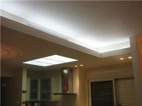 הנמכת תקרה בשילוב תאורה נסתרת וחלון תאורה  במטבח