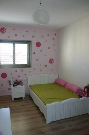 חדר לילדה המשלב צבעי ירוק וורוד. איילת רפאלי עיצוב פנים