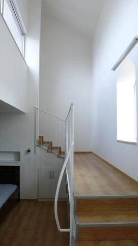 חדר שינה עם מדרגות למרפסת פרטית.