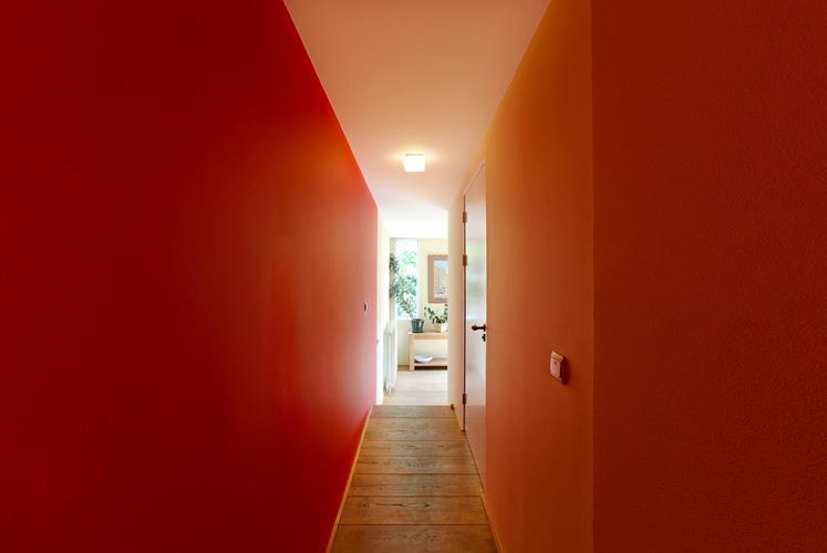 מסדרון אל תוספת במבנה לשימור. אמסטרדם, הולנד